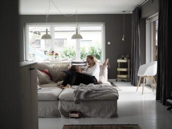 Wohnen | Eine Bilderwand mit Geheimnis, mein Lieblings-Grau plus: altes Sofa, neuer Look