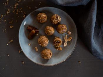 Gesund naschen | Zuckerfreie Energy Balls mit Erdnüssen