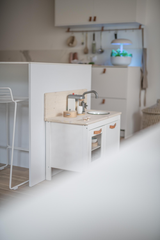 Eine helle Küche mit Marmor, Messing und Leder | apinchofstyle.com