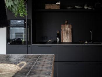 Schwarze Küche mit DIY-Kücheninsel | apinchofstyle.com