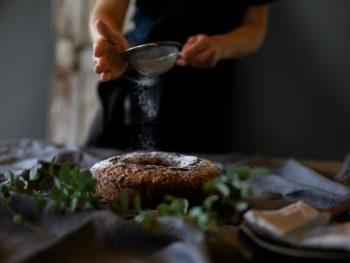 Passt perfekt zu Glühwein & Co: ein leckerer Rotwein-Gugelhupf mit Schokolade