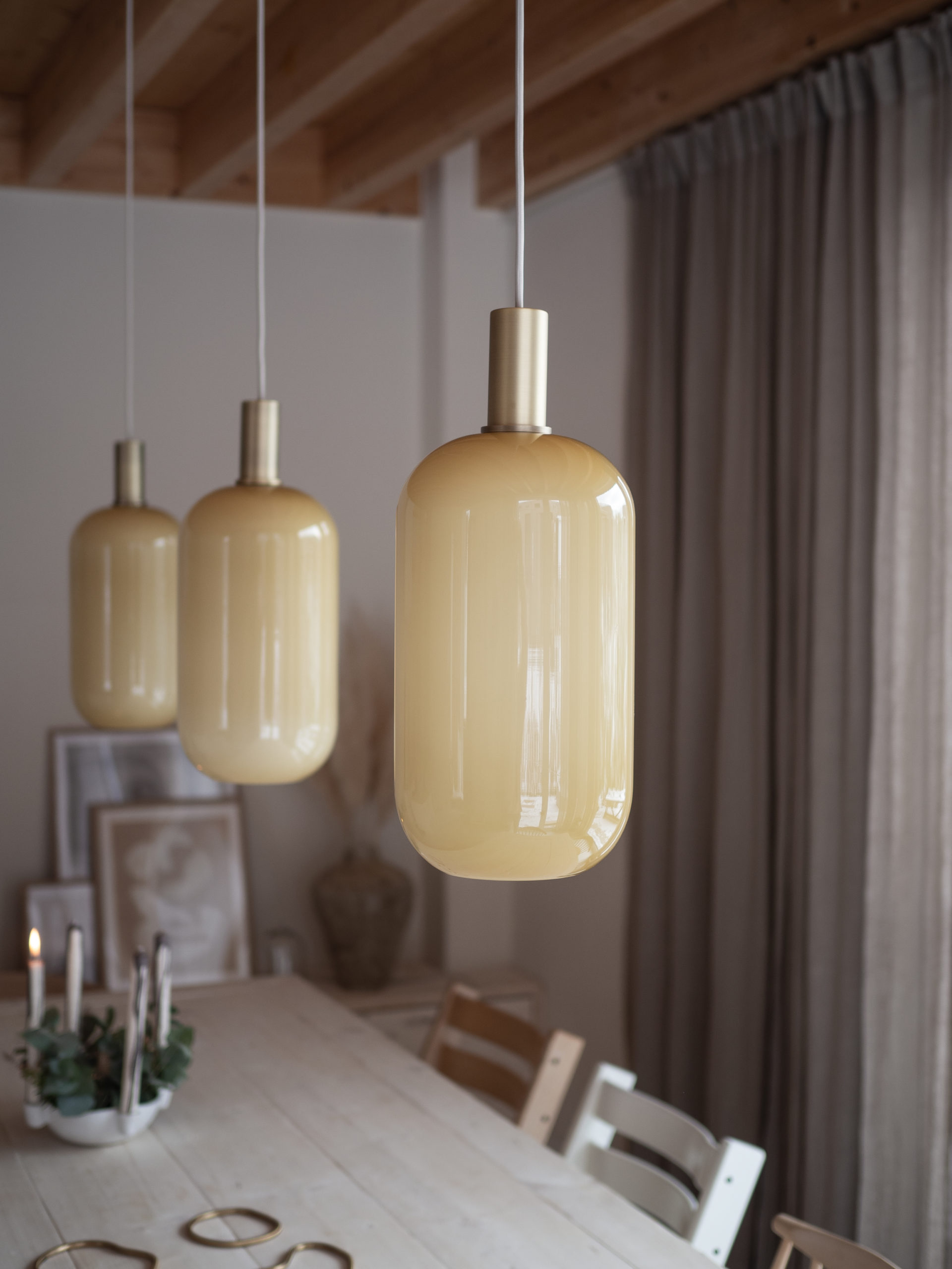 apinchofstyle.com | Lampen von Ferm Living über unseren DIY-Esstisch