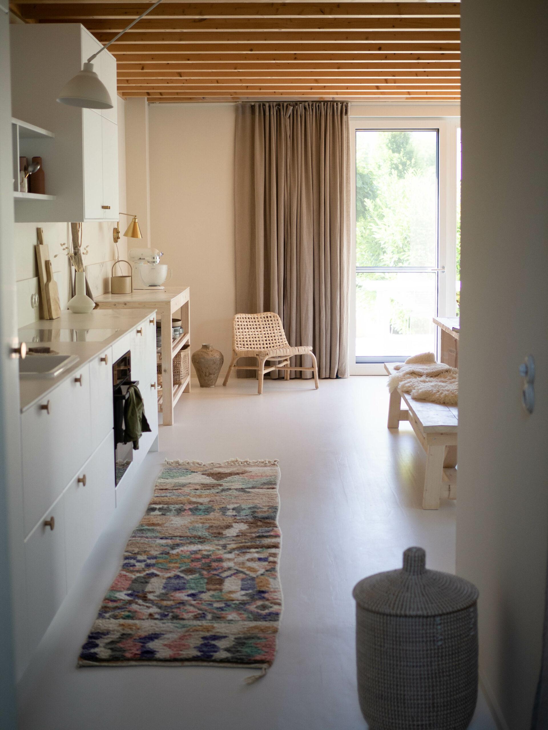 Einblick in weiße Küche mit viel Holzelementen