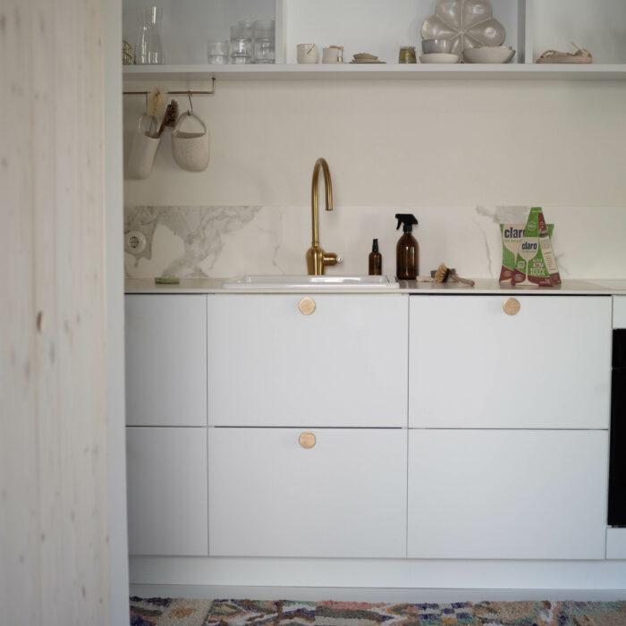 Weiße Küche mit Goldakzenten