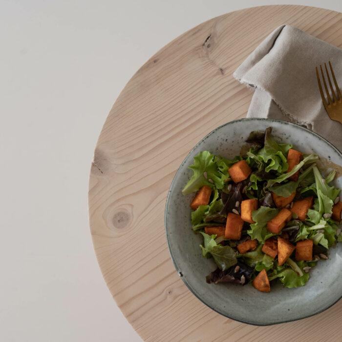 Grüner Salat mit Süßkartoffel in Curry-Kokos-Kruste